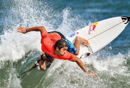 男子1回戦 波を攻める五十嵐カノア=宮崎市の木崎浜海岸