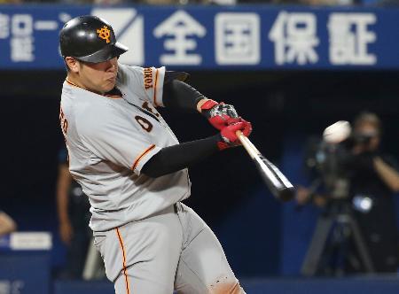8回巨人2死、岡本が左中間に2打席連続本塁打を放つ=横浜