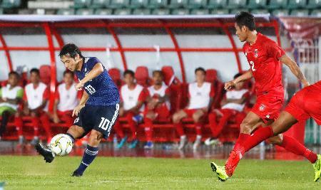 日本―ミャンマー 前半、先制ゴールを決める中島(左)=ヤンゴン(共同)