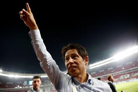 サッカーの2022年W杯アジア2次予選、インドネシア戦で勝利し、喜ぶ西野朗・前日本代表監督=10日、ジャカルタ(ロイター=共同)