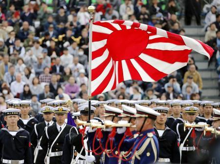 自衛隊の観閲式で掲げられた旭日旗=2018年10月、埼玉県朝霞市