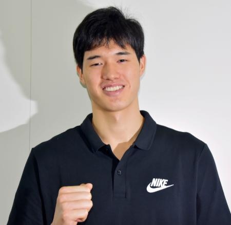 米国への出発前に取材に応じ、ポーズをとるバスケットボール男子の渡辺雄太=11日、羽田空港