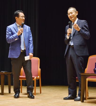 対談する京都大iPS細胞研究所の山中伸弥所長(右)と日本陸連の瀬古利彦マラソン強化戦略プロジェクトリーダー=11日夜、東京都内