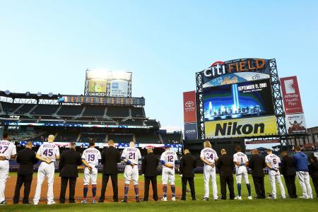 米中枢同時テロから18年となった11日、試合前に黙とうするメッツの選手ら=ニューヨーク(ゲッティ=共同)