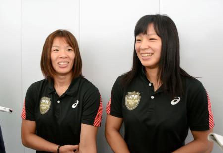 レスリング世界選手権への出発前に意気込みを語る女子57キロ級の川井梨紗子(左)と妹で同62キロ級の友香子=12日、羽田空港