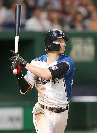 3回日本ハム無死一、三塁、西川が右越えに適時二塁打を放つ=東京ドーム