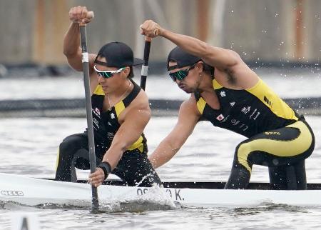 男子カナディアンペア1000メートル決勝 7位に入った大城(左)、当銘組=海の森水上競技場