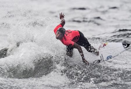 男子5回戦 波を攻める五十嵐カノア=宮崎市の木崎浜海岸