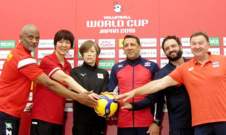 バレーボール女子W杯開幕を前に記者会見し、写真撮影に応じる日本の中田久美監督(中央左)ら=13日、横浜アリーナ