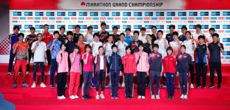 東京五輪のマラソン日本代表選考レース「グランドチャンピオンシップ」(MGC)を前に、記者会見で記念写真に納まる出場の全40選手=13日午後、東京都新宿区