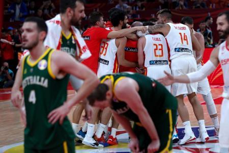 バスケットボール男子W杯準決勝、2度の延長の末オーストラリアを下したスペインの選手たち(奥)=13日、北京(AP=共同)
