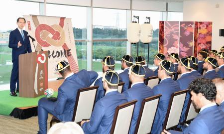 ラグビーW杯アルゼンチン代表の公式歓迎セレモニーであいさつする福島県の内堀雅雄知事=13日、福島県のサッカー施設「Jヴィレッジ」(代表撮影)