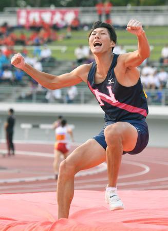 男子棒高跳び 5メートル50をクリアし、ガッツポーズする江島雅紀=岐阜長良川競技場
