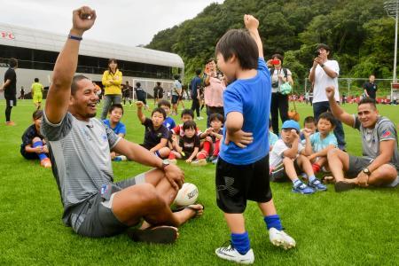 ラグビー教室で子どもたちと触れ合うサモア代表選手=14日、福島県いわき市