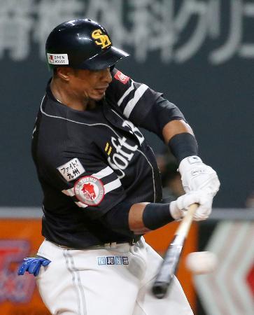 5回ソフトバンク2死二塁、グラシアルが右前に勝ち越し打を放つ=札幌ドーム