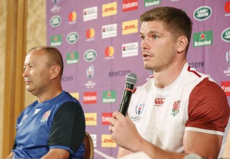 記者会見するラグビー・イングランド代表のファレル主将。左はジョーンズ監督=14日、宮崎市