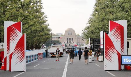 東京五輪のマラソン日本代表選考レースを前に、準備が進められるゴール付近=14日午後、東京・明治神宮外苑