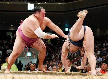 友風(左)がはたき込みで鶴竜を破る=両国国技館