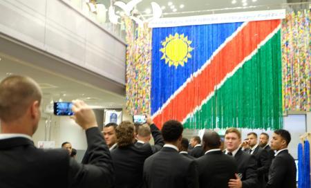 ラグビーW杯ナミビア代表の歓迎会場につるされた、折り鶴で作ったナミビア国旗=14日午後、和歌山県上富田町