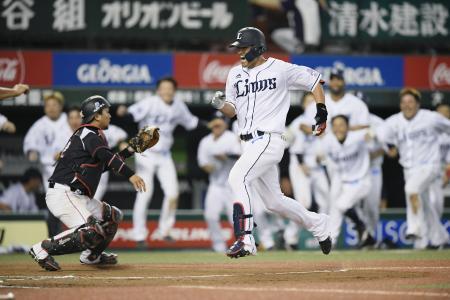 11回西武2死、左翼手の失策を誘う飛球を放ち、サヨナラの生還をする木村。捕手田村=メットライフドーム