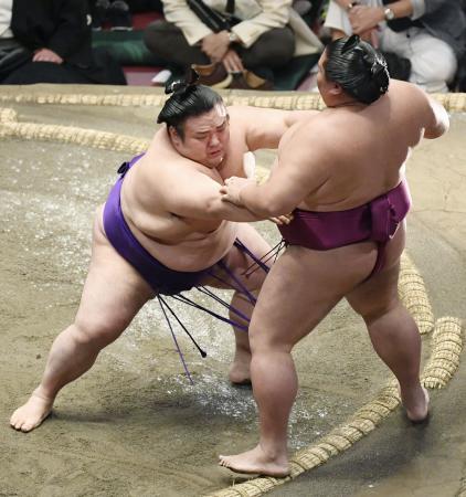 貴景勝(左)が押し出しで御嶽海を破る=両国国技館