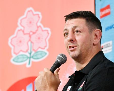 記者会見で、今季限りで現役を引退する意向を表明したトンプソン・ルーク=16日、東京都内