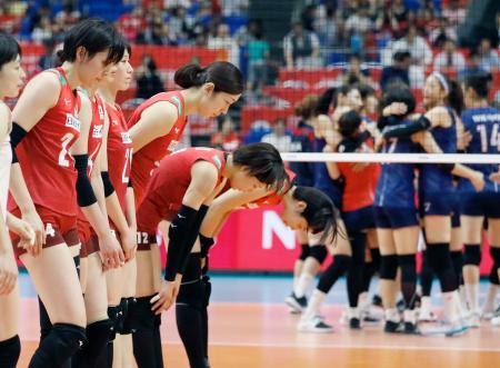 韓国(奥)に敗れ、一礼する日本=横浜アリーナ