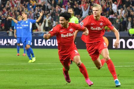 サッカーの欧州チャンピオンズリーグ1次リーグ、味方のゴールを喜ぶザルツブルクの南野拓実=17日、ザルツブルク(AP=共同)