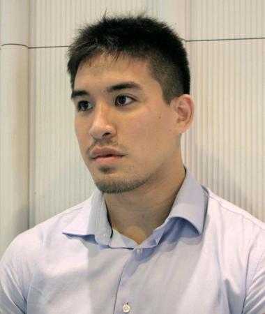 タシケントでのグランプリ大会出発前に取材に応じるベイカー茉秋=18日午前、成田空港