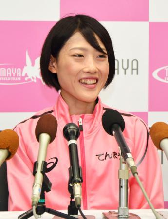 記者会見する、MGC女子で優勝した前田穂南=18日、岡山市