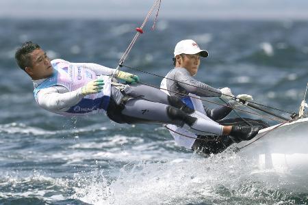セーリングW杯の男子470級に出場した岡田(右)、外薗組=江の島ヨットハーバー沖
