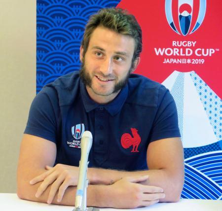 取材に応じるラグビー・フランス代表のメダル=18日、山梨県富士吉田市