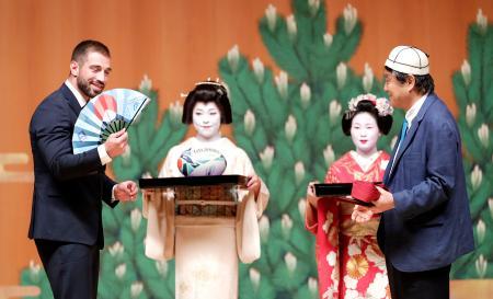 「チームウエルカムセレモニー」で、名古屋市の河村たかし市長(右)から扇子を贈られたラグビー・ジョージア代表の選手=18日夜、名古屋市