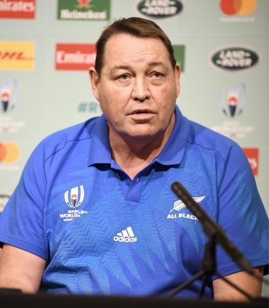 南アフリカ戦に臨む登録メンバーを発表したニュージーランド代表のスティーブ・ハンセン監督=19日、東京都内