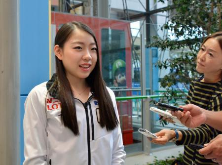 優勝したフィギュアスケートのオータム・クラシックから帰国し、取材に応じる紀平梨花=20日、関西空港