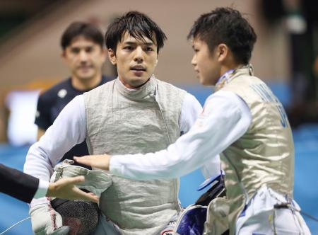 男子フルーレで決勝進出を決めた安部慶輝(左)=駒沢体育館