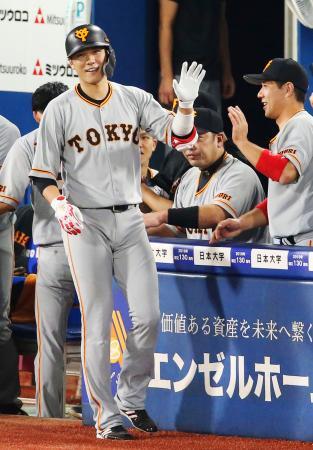 9回に2本目の本塁打を放ち、笑顔でナインとタッチを交わす巨人・坂本勇=横浜