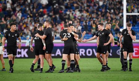 南アフリカに勝利し喜ぶニュージーランドフィフティーン=日産スタジアム