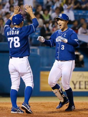 3回、3ランを放ち、コーチに迎えられる中日・高橋(右)=神宮