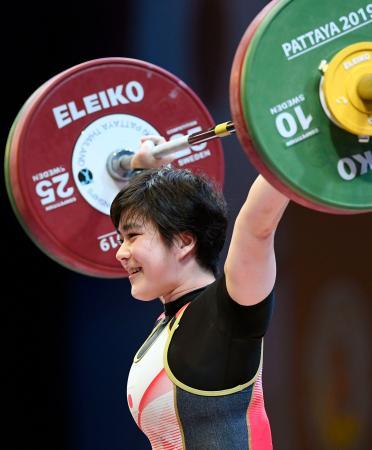 女子64キロ級 スナッチで93キロに成功した松本潮霞=パタヤ(共同)