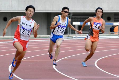 男子200メートル決勝 20秒86で初優勝した木村和史(中央)=ヤンマースタジアム長居
