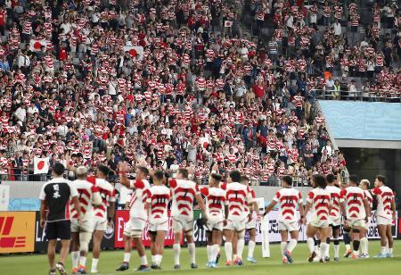 ラグビーW杯のロシア戦に勝利し、歓声に応える日本の選手たち=20日、味の素スタジアム