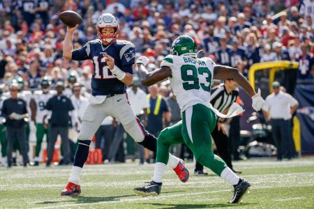 ジェッツ戦でボールを投げるペイトリオッツのQBブレイディ(左)=フォックスボロ(USA TODAY・ロイター=共同)