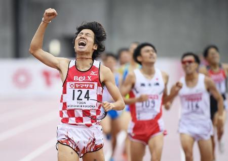 陸上日本選手権の男子1500メートル決勝、3分39秒44で優勝し、ガッツポーズする戸田雅稀=博多の森陸上競技場