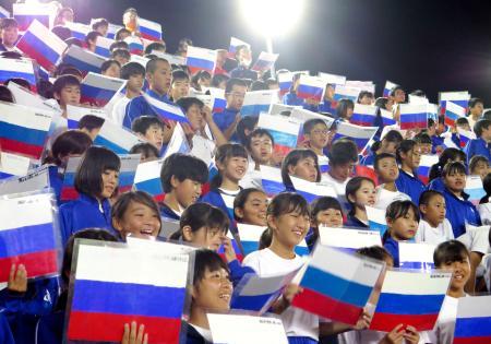 スタンドでロシアの国歌を歌う熊谷東中の生徒ら=24日夜、埼玉・熊谷ラグビー場