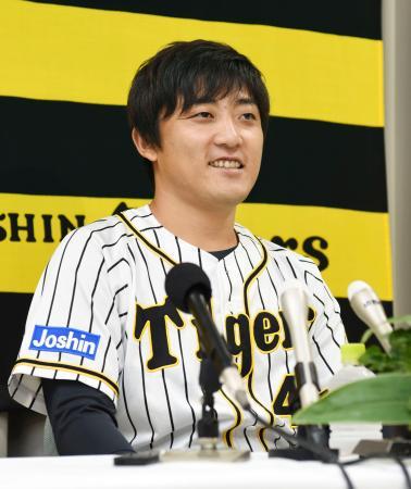 今季限りでの現役引退を表明する阪神の高橋聡文投手=25日、兵庫県西宮市