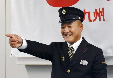 記者会見でポーズをとるセーリング男子の外薗潤平=25日、福岡市のJR九州本社