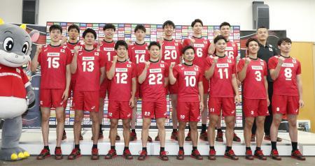 記者会見で写真に納まるバレーボール男子日本代表の石川(14)、柳田(8)、清水(1)、西田(11)ら=25日、東京都北区の味の素ナショナルトレーニングセンター