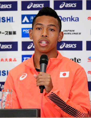 陸上の世界選手権開幕を前に、記者会見で意気込みを語るサニブラウン・ハキーム=25日、ドーハ(共同)