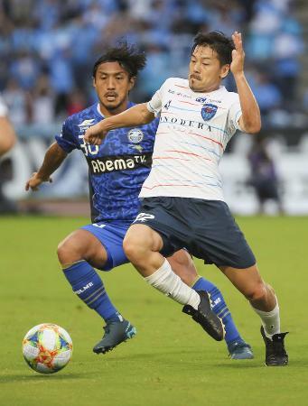 町田―横浜FC 前半、町田・中島(左)と競り合う横浜FC・松井=9月22日、町田